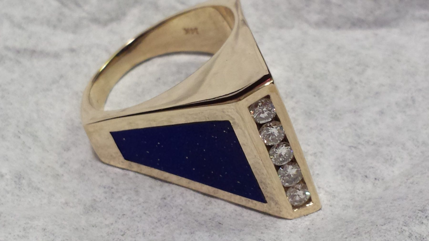Pyramidal inlay lapis and diamond ring in yellow gold